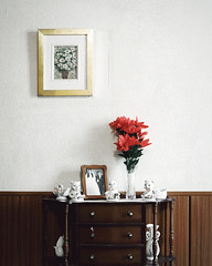 (Salva Lpez) Tags: wood old flowers flores digital apartment tales fake fotos grandparents apartamento 2470l abuelos mesilla jarron porcelana comunion canoneos5dmarkii