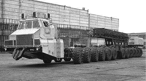 Antiguos vehículos militares soviéticos abandonados