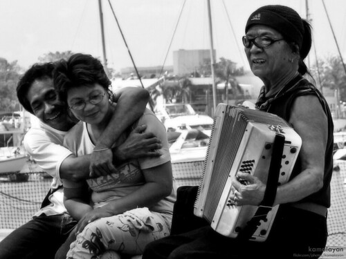 lovers couple playing music accordion baywalk manila Pinoy Filipino Pilipino Buhay  people pictures photos life Philippinen  菲律宾  菲律賓  필리핀(공화국) Philippines