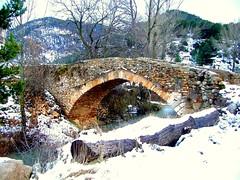 El puente medieval sobre el río Valdelinares (I) (.Bambo.) Tags: españa blanco puente spain arquitectura searchthebest nieve nevada soe teruel pueblos aragón califal linaresdemora sierradegúdar travelerphotos