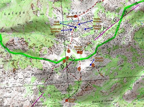 Carte détaillée des plaines d'Uovacce et d'Apaseu avec les principales lignes de cairns et les points remarquables