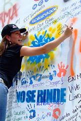 Patricia Graterón firmando en los muros de RCTV