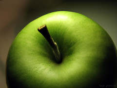 Green apple by Hugo Provoste