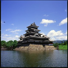 Japanese castle Matsumoto-jo of national treasure (HASSELBLAD 500C/M) (potopoto53age) Tags: castle 120 6x6 film japan 50mm hasselblad brownie fujifilm matsumoto fujichrome nagano nationaltreasure distagon fortiasp hassel carlzeiss hasselblad500cm thebigone 500x500 japanesecastle matsumotojo aplusphoto holidaysvacanzeurlaub carlzeissdistagon50mmf4 platinumheartaward goldstaraward mygearandme