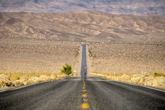 DeathValley (Wolfgang Staudt) Tags: california road usa white black max mountains southwest nature landscape death nationalpark highway flickr desert roadtrip s heat deathvalley chrysler far einsamkeit hdr comments stopthewar wste lonelyness yellowline saarbrcken hitze farfromhome gulmidtstripe wolfgangstaudt anawesomeshot 66111 superhearts favemegroup12
