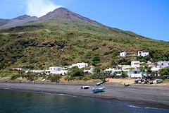 Stromboli / Vocan et plage depuis l'embarcadère (Charles.Louis) Tags: stromboli île volcan mer sicile italie