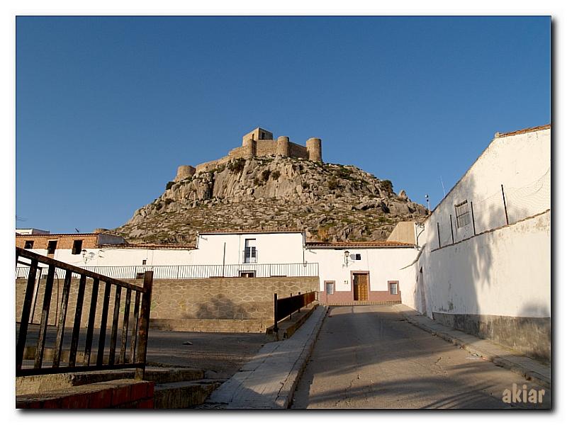 El Castillo de Bélmez visto desde el pueblo.
