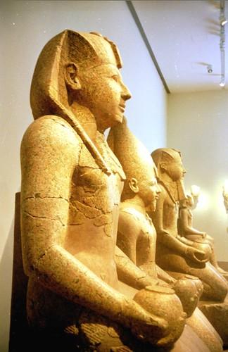 2000 06 Een drietal Hatsjepsut beelden in het Metropolitan Museum of Art, New York por Hans Ollermann.