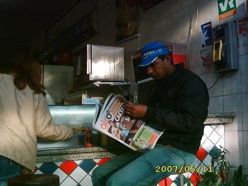 Leitor lendo o Jornal GIRO SP - edição 10/ 11 de maio - tomando o café da manhã.