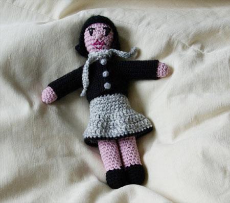 Beatrix en jupe grise et cardigan noir