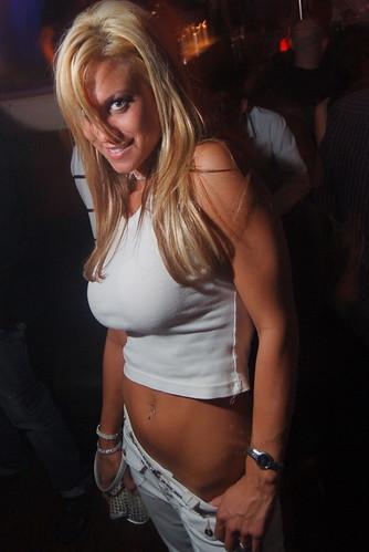девченки ходят в ночные клубы без белья фото