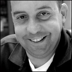sorriso vero (kilometro 00) Tags: street portrait bw italy portraits photography casa strada italia streetportrait bn persone occhi sguardo e donne urbano poesia sorriso racconto ritratti bianco ritratto nero viso dolcezza biancoenero treviso citt urlo occhiali uomini luoghi emozioni veneto volto suono sorrisi sguardi visione espressione baffi urbani emozione trevision