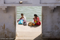 2 women on the Pushkar lake (Dick Verton ( more than 12.000.000 visitors )) Tags: travel india asia rajasthan itsonginvite itsong–canoneos5d