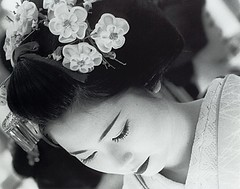 a maiko bows ... (richard thomson) Tags: blackandwhi