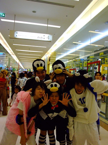 Otaku? Weird teenagers dancing in a Bangkok shopping mall by Gaetan Lee.