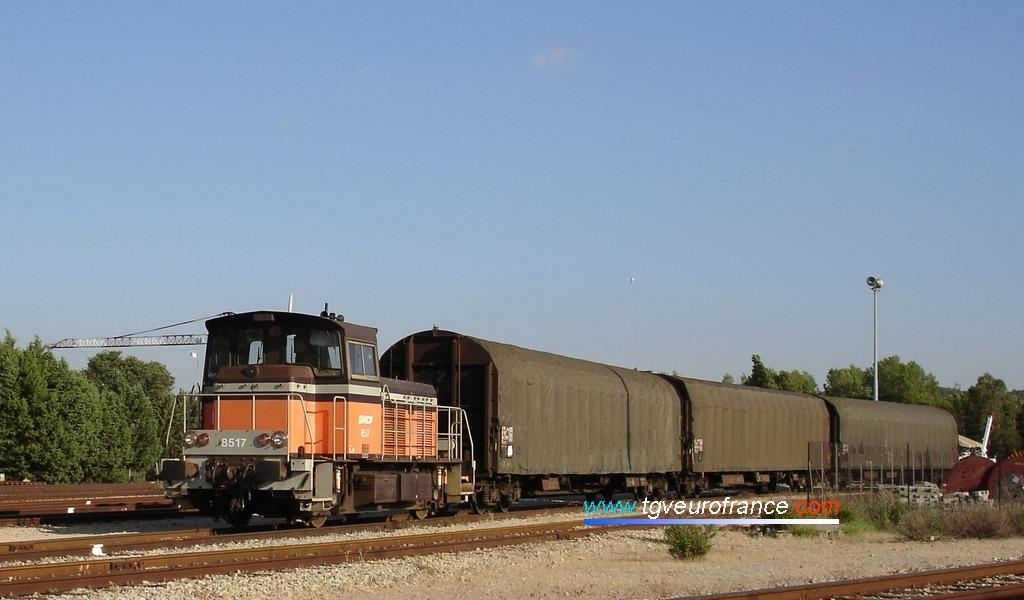 Vue d'un locotracteur Y8400 SNCF avec des wagons bàchés Rils aux Milles