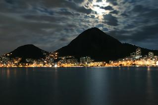 Lagoa iluminada por lua cheia