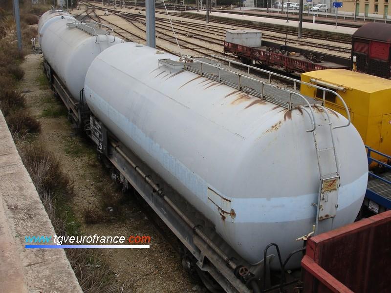Trois wagons citernes du parc de service de la SNCF en gare d'Aubagne