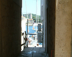 Sea from an alley (Snazzo) Tags: 2005 vis croatia vacanze snazzo holyday mediterranean