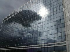 Sonnendurchbruch am Hochhaus (MaryLane) Tags: 2005 sun holiday paris france reflection clouds frankreich urlaub wolken sonne spiegelung ladfense hochhaus highriser