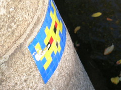 17 Prinsengracht  (close-up) (Meteorry) Tags: amsterdam spaceinvader spaceinvaders street art prinsengrach spiegelgracht canal bridge yelow blue mosac tiles
