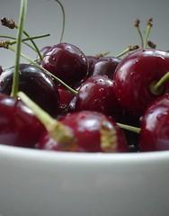 Anglų lietuvių žodynas. Žodis cherry reiškia 1. n vyšnia; 2. a vyšninės (spalvos) lietuviškai.