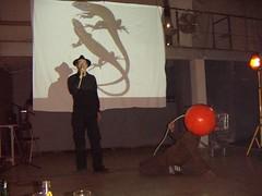 las preguntas al camarero (Paul Rose) Tags: el club de los astronautas performance maumau barcelona extra apfel mary pear quin es la cabeza naranja misteriosa