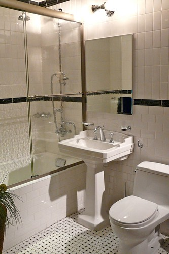 Душевая кабина в маленькой ванной комнате