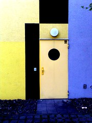 Back door (stoha) Tags: door berlin porta fu tür gwb berlino nokia6233 freieuniversität fuberlin guessedberlin gwbhcl stoha immatrikulationsbuero immaamt