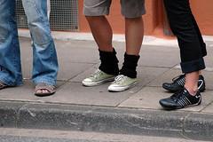 spectator feet (powerbook.blog) Tags: carnival shoes legs converse der schuhe chucks bielefeld beine 2007 kulturen germand carnevalderkulturen stulpen 20070602