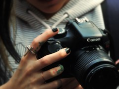 Misticismo. (Leo Romsog) Tags: mano mujer cámara canon enseñanza cruz serpiente tatuajes negro color fotografía arlenemendoza tatuaje anillo