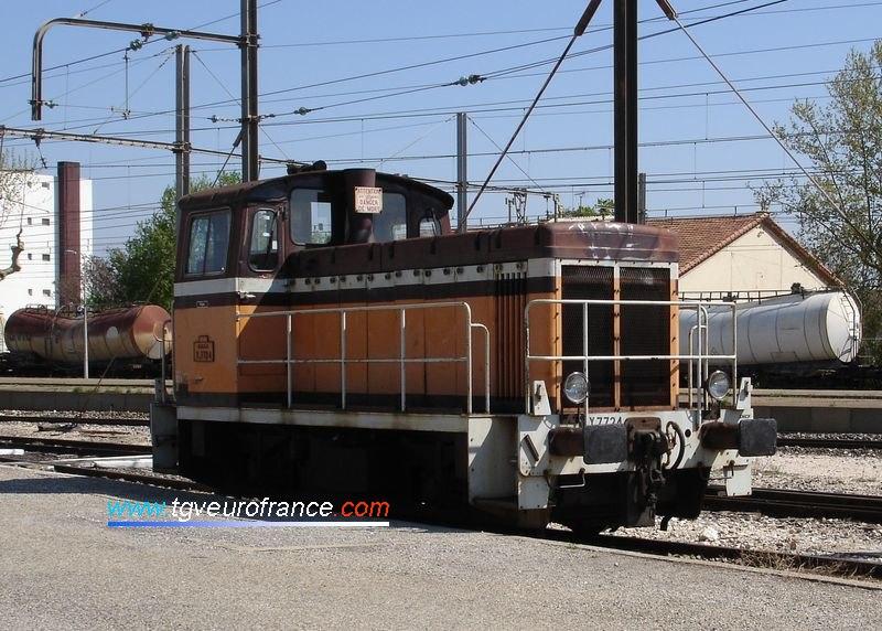 Un locotracteur Y7400 (le Y7724 d'Avignon) en gare de Cavaillon (Vaucluse) avant sa radiation en novembre 2007