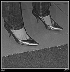 Entre Plata Y Gris... (z-nub) Tags: people blackandwhite bw woman blancoynegro digital canon zoe gris mujer bn personas zapatos pies z tacones sanlorenzo escorial fetiche sanlorenzodelescorial fetich extremidad znub zoelv formatocuadrado bnysimilares cuadraditas cuadradita personasquenosondelacalle zoelópez cuadradosverticales sinacento
