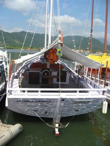 saveiro en puerto de Paraty