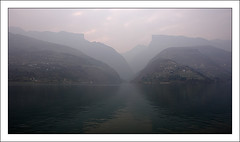 Dawn on the Yangzi (Nicolas Harter) Tags: china mountain horizontal river landscape r1 32 changjiang sanxia nicoinchina nicolasharter