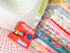 Toy (Cludia*~Assad) Tags: red cute toy hellokitty kitty sanrio sewingmachine fabrics mquinadecostura