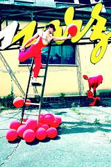 Mad world (Violator3) Tags: red colour topf25 1025fav circus experiment 100v10f nikond70s womenonly violator3 conceptual nocrop baloons 2007 madworld manerbio tentativi exmarzotto 10oursnonstop specialthankstobigiaieatuttiquelliconcuihoavutoilpiaceredilavoraredomenica tropparobaforsemh