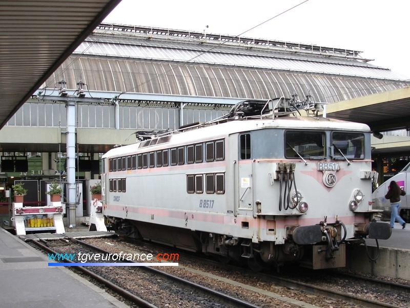 Une locomotive BB88500 SNCF à Paris - Gare de Lyon après avoir assuré une remonte de voitures Corail depuis Villeneuve-Prairie