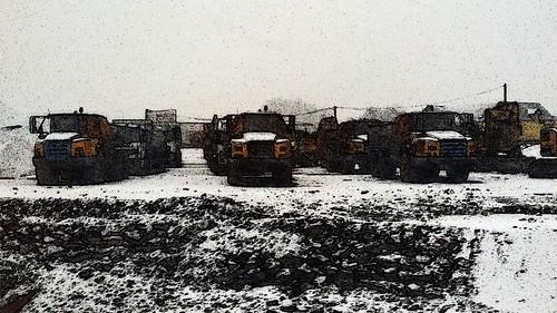 4 - Sous la première neige de la saison, les camions des travaux de la RCEA