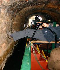 D2604.  Legging. (Ron Fisher) Tags: legging dudleytunnel dudleycanal blackcountrylivingmuseum westmidlands canal water waterways inlandwaterways england gb greatbritain uk unitedkingdom europe narrowboat tunnel canaltunnel