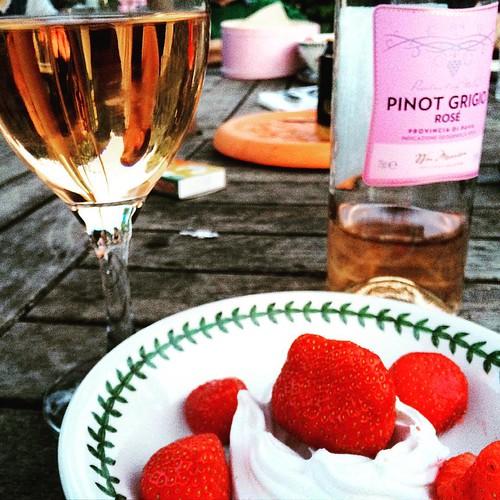 English summer BBQ! #upsticksandgo #englishsummer #bbq #wine #strawberries #michfrost #norwich #unitedkingdom #newfriends #friends #instagood #lifeisgood