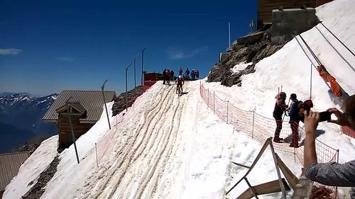 Biking downhill in de sneeuw
