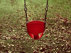 Shake The life (Marco San Martin) Tags: red leave composition garden hojas rojo jardin swing swinging balanceo marcosanmartin shakethelife