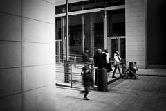 Famiglia (serdor) Tags: analogico pellicola leica m6 rangefinder telemetro 35mm bianconero 100asa streetphotography street città milano italia portanuova