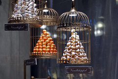 Shop window of the famous pastry shop Demel in Vienna (SomePhotosTakenByMe) Tags: demel food essen lebensmittel plätzchen weihnachtsgebäck christmascookie vanillekipferl nussschifferl vogelkäfig käfig birdcage kurios outoftheordinary christmasbiscuits biscuit cookie keks konditorei bäckerei kaffeehaus cafe coffeeshop store geschäft laden shop shopwindow schaufenster christmas holidays weihnachten dekoration christmasdecoration weihnachtsdekoration decoration kohlmarkt