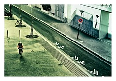 le cycliste (Marie Hacene) Tags: paris rue vlo cycliste beaugrenelle