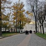 Mönche auf dem Klostergelände