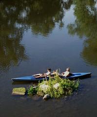 Kleines Puschen auf der Saale (happycat) Tags: bridge people river germany boot j boat thringen jena canoe brcke fluss kanu weir wehr saale mensch burgau stadtteilvonjena