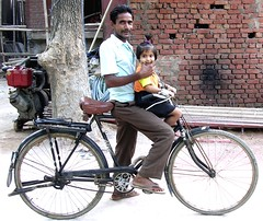 Smile for the camera, honey! (Eileen Delhi) Tags: india smile bicycle asia delhi father daughter facetime parentandchild myneighbourhood visiblephotographer indianportrait top20india
