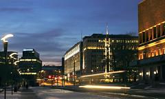 Bevegelse ved skumring (racingsquirrel) Tags: oslo norway norge twilight dusk cityhall tram nightphoto streetcar scandinavia rathaus rdhuset trikk skandinavia ishootdigital tusmrke rdhusgata